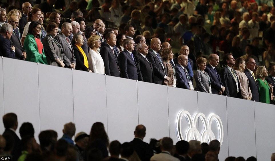 Presidente do COI, Thomas Bach, Front Row nona esquerda, e outros dignitários de pé durante a cerimônia de abertura dos Jogos Olímpicos de Verão de 2016
