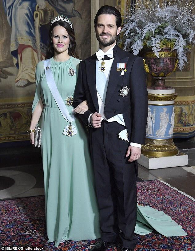 A nova mãe Princesa Sofia e seu marido, o Príncipe Carl Philip, participam do jantar do Rei para os Prêmios Nobel em Estocolmo