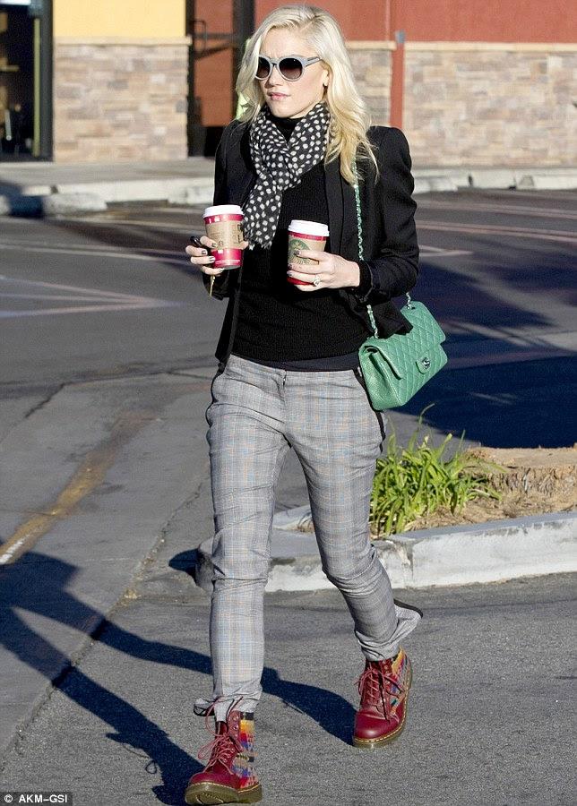 Şık yıldızı: Gwen elinde iki Starbucks sıcak içecekler taşıdı ve keskin giyinmiş