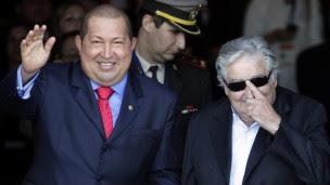 Chávez e o presidente uruguaio, José Mujica, em Montevidéu nesta terça (Reuters)