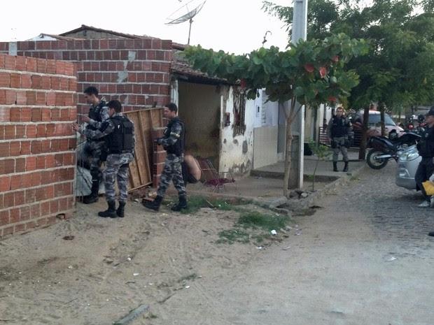 Policiais buscam por pontos de drogas (Foto: Beto Silva/TV Paraíba)