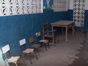 Crianças de escola em Barreiras sentam e comem no chão. Bahia (Foto: Reprodução/ TV Bahia)