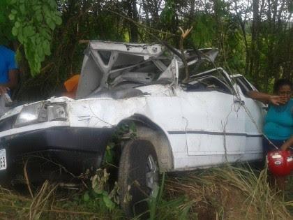 Carro ficou destruído por causa do acidente na BR-330 (Foto: Ubatã Notícias)