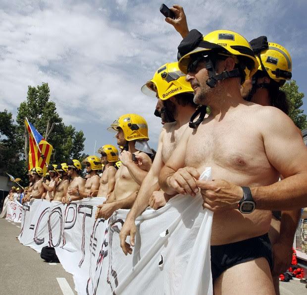 Bombeiros foram às ruas seminus e protestaram pelas ruas de Barcelona (Foto: Albert Gea/Reuters)
