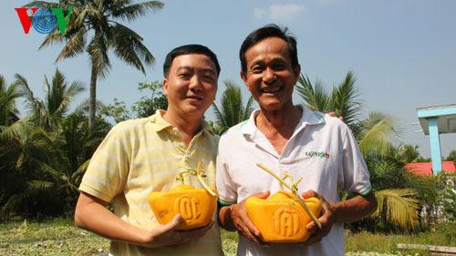 Ông Trần Thanh Liêm, người biến dưa hấu thành thỏi vàng (ảnh phải)