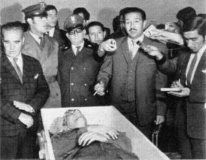 Coronel Quintanilla junto al cuerpo de Inti Peredo