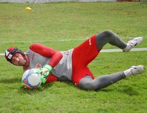 Andrey usa capacete em treino do América-RN (Foto: Edmo Nathan/ Divulgação)