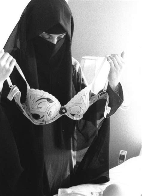 photo  muslim woman wearing face veil  holding bra