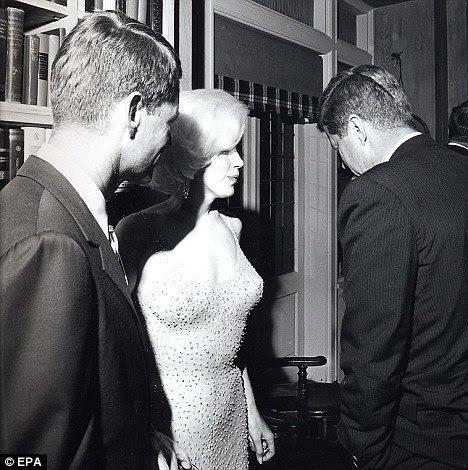 """Marilyn Monroe fala com John F. Kennedy depois de famosa cantando o """"Happy Birthday Mr. President"""".  Vestindo seu vestido cravejado de diamantes icônico (diamantes são associados com modelos presidenciais na MK simbolismo), a canção era na verdade um gatinho Beta sensualmente cantando para o homem que ela está atendendo."""