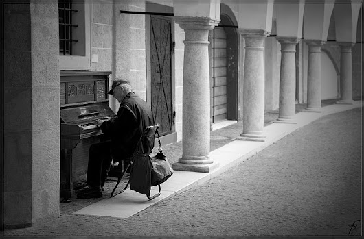 Our Old Man at the Piano – A Poem by Dylan Jewers