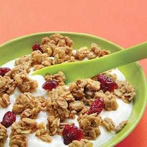 yogur bajo en grasa de vainilla con bajo contenido de grasa de granola y arándanos secos