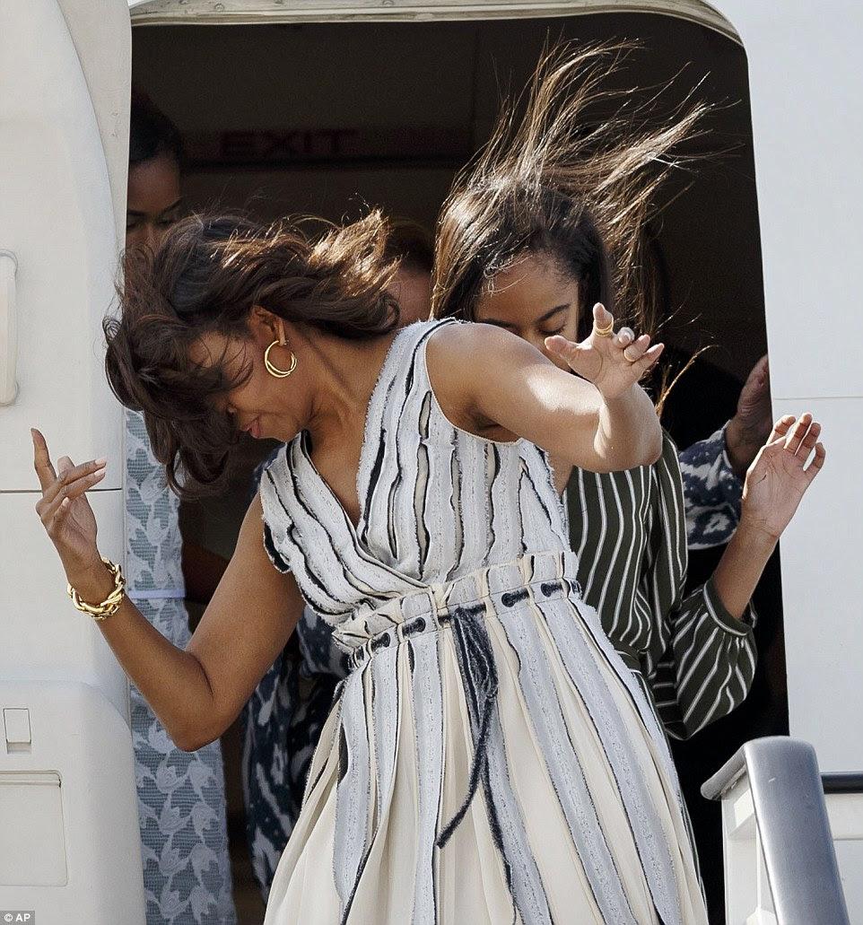 A era tão ruim Malia correu para abraçá-la vestir-se e deixe seu cabelo ser soprado para cima.  Mom Michelle parecia estar cuspindo cabelo