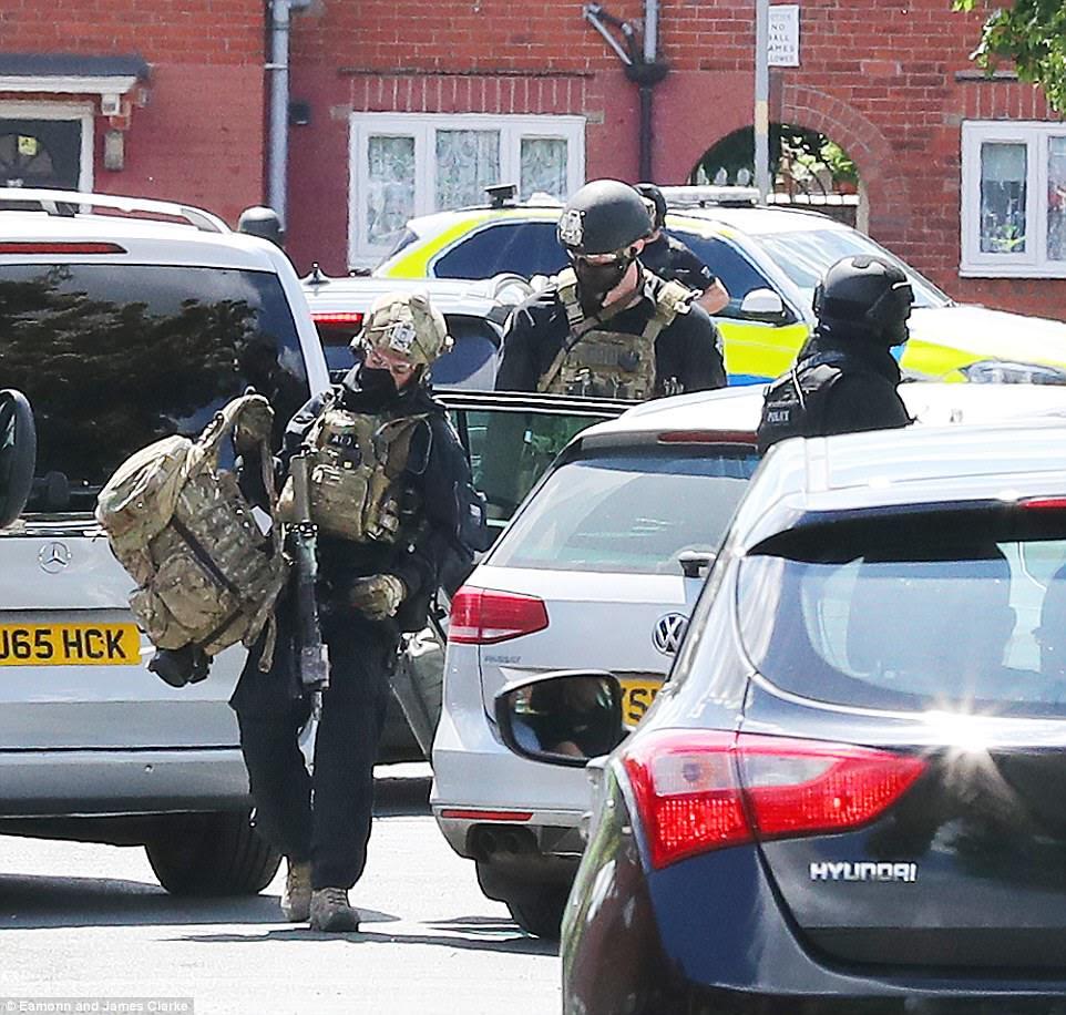 Pessoal de serviço de segurança em camuflagem foi visto entrar na propriedade após a polícia irromper pela porta hoje