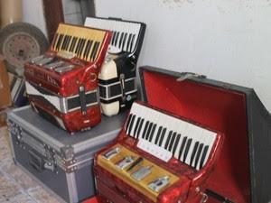 Algumas sanfonas são deixadas para conserto por até 10 anos, na oficina de Irineu Araújo (Foto: Marina Holanda/G1)
