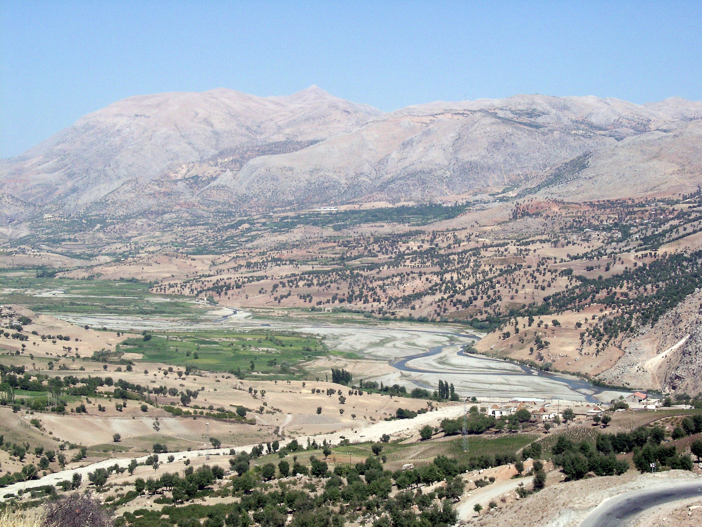http://upload.wikimedia.org/wikipedia/commons/3/3e/View_to_Mount_Nemrut.jpg