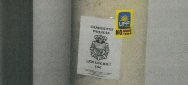 Pegatinas sindicales en la comisaria de Móstoles
