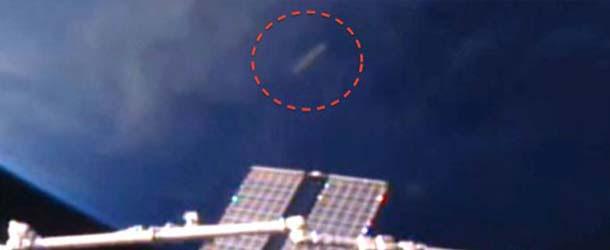 Aparece un OVNI en forma de cigarro cerca de la ISS y la NASA corta la señal de video