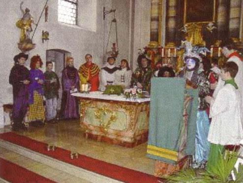 Nueva misa con trajes satánicos en Halloween