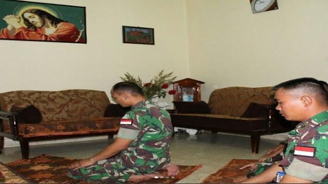 Dumay Heboh ! Foto Prajurit TNI Salat di Depan Lukisan Yesus Jadi Viral di Internet