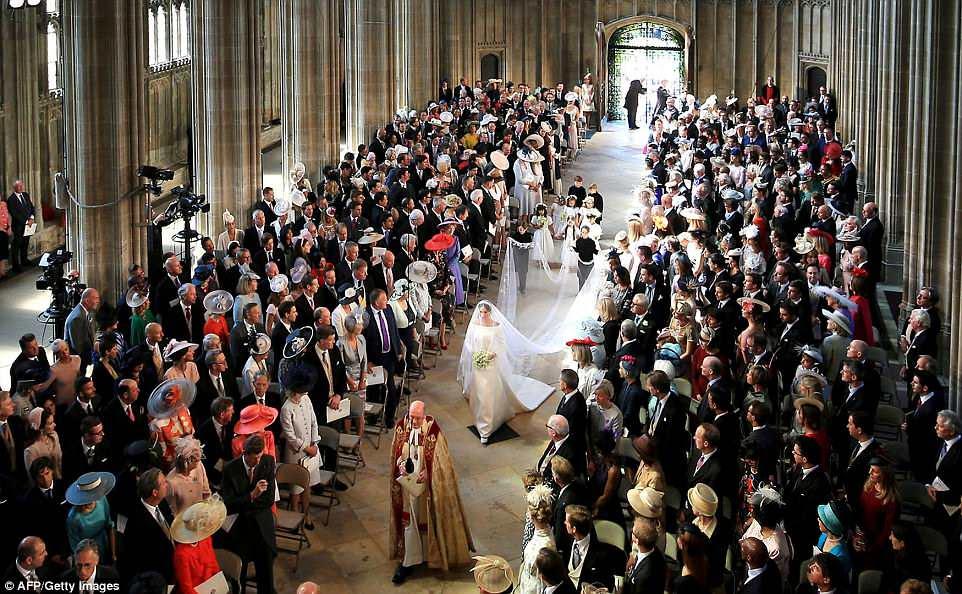 Meghan camina por el pasillo en la Capilla de San Jorge al comienzo de la ceremonia de la boda real en Windsor