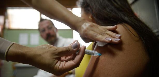 Alunas do Centro de Ensino Fundamental 25, em Ceilândia, no Distrito Federal, são vacinadas contra o HPV