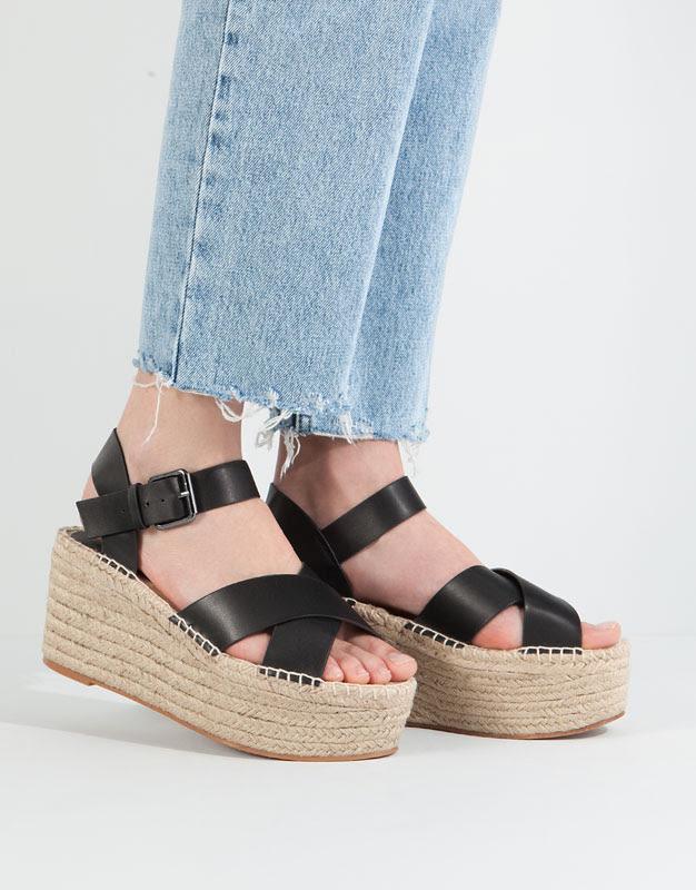 Pull&Bear - sapatos - · novidades - sandálias cunha juta cruzadas - preto - 11350111-V2016