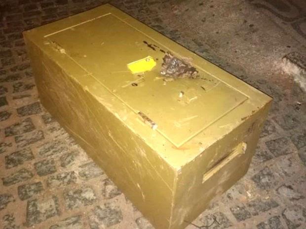 Cofre dos Correios de Bodó, RN, foi abandonado pela quadrilha (Foto: Dovulgação/PM)
