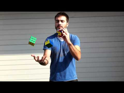 video que enseña a David Calvo haciendo malabares a la vez que resuelve un cubo de rubbik