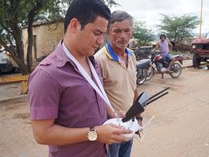 Técnico faz o manuseio do drone e agente de endemias pode visulizar possíveis criadoros do mosquito da dengue (Foto: Álison Édypo Alencar / Arquivo pessoal)