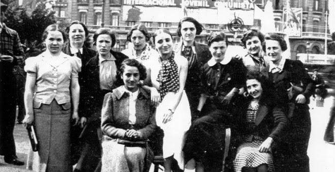 Parte de Les Mamàs Belgues el día 1 de mayo de 1937 en Barcelona. Esta foto es la que animó a Sven Tuytens a investigar su historia.