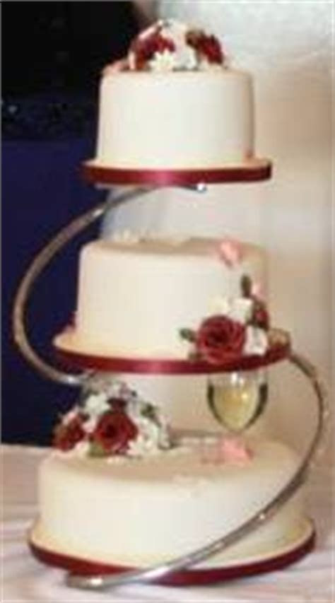 Three tier cake stand turns three cakes in different sizes