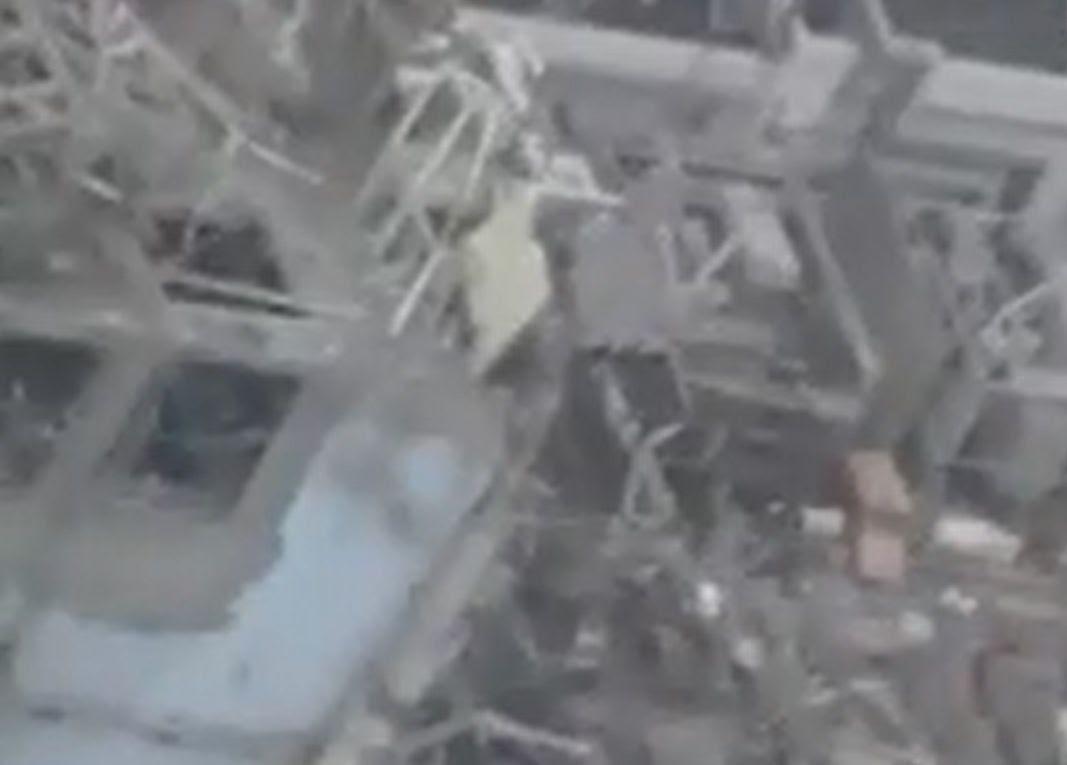 Fig. 91 : Vue oblique du sas d'accès matériel éventré à l'ouest (capture vidéo)