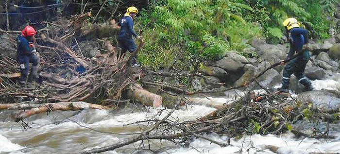 Bomberos limpian cauce del río Pance para evitar un represamiento