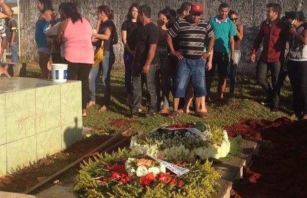Corpo da dançarina foi enterrado no Cemitério Municipal de Trindade, em Goiás (Foto: Vitor Santana/G1)