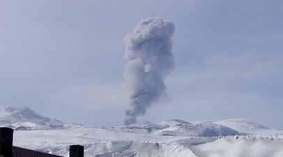 Вулкан Эбеко на Курилах выбросил пепел на высоту до двух километров
