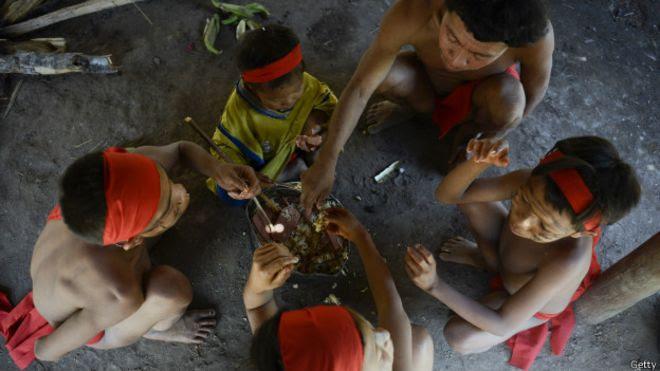 Ianomâmis comendo | Foto: Getty
