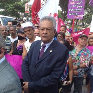 Delegado Edson Moreira (centro), responsável pelo inquérito policial do desaparecimento e morte de Eliza Samudio