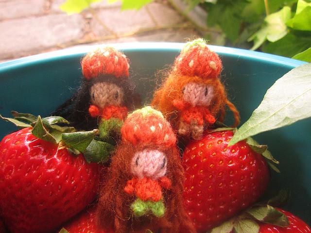 poupée fraise tricotée