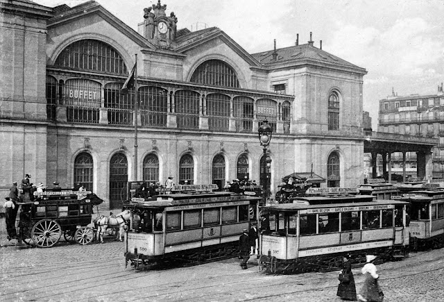 sebuah rangkaian kereta api ekspress yang  dioperasikan oleh Chemins de fer de l Lokomotif Terjun di Stasiun Montparnasse Paris