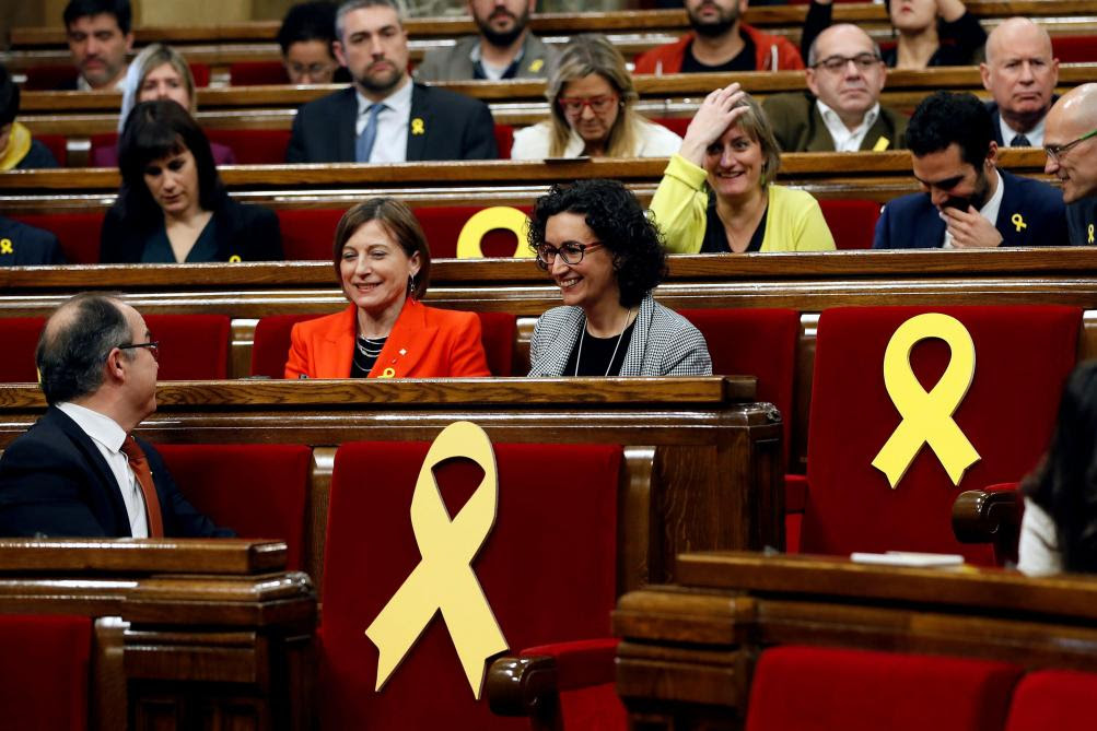 Le poids des symboles au Parlement catalan : les sièges des députés encore emprisonnés avaient été revêtus du ruban jaune, emblème des indépendantistes.