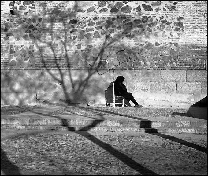 Anciana en la Plaza de las Carmelitas de Toledo en 1976. Fotografía de John Fyfe