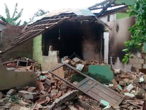 Casa de suspeitos do crime foi queimada e depredada pela população de Pureza (Foto: Alexandre Melo/G1)