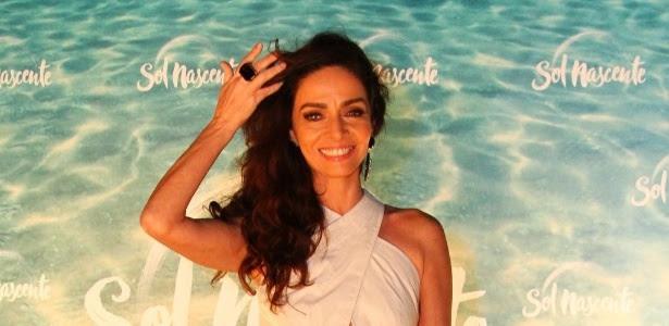 """Claudia Ohana posa para fotos na festa de lançamento da novela """"Sol Nascente"""""""