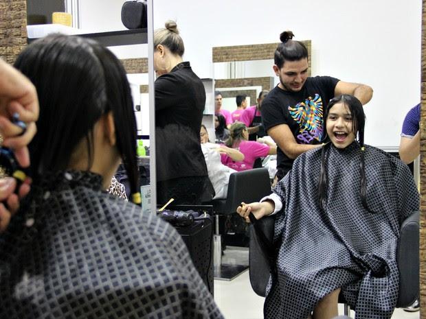 Ansiosa, Maria foi uma das 700 pessoas que doaram cabelo para campanha 'Seu cabelo tem mais força' (Foto: Jamile Alves/G1 AM)