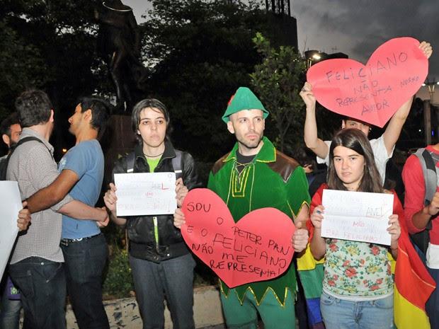 Participantes da comunidade GLBT realizam um protesto no início da noite deste sábado (23) na avenida Paulista em São Paulo (SP). Os manifestantes protestam contra o pastor Marco Feliciano, nomeado para ocupar a pasta dos Direitos Humanos, do Governo Federal. Eles ocuparam a praça do ciclista e fizeram um beijaço entre casais masculinos e femininos (Foto: J. Duran Machfee/Futura Press /Estadão Conteúdo)