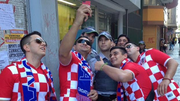 Croatas tiraram selfie com a polícia