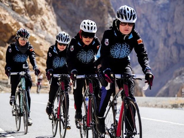 Afghanistan, la squadra di cicliste che sfida i tabù