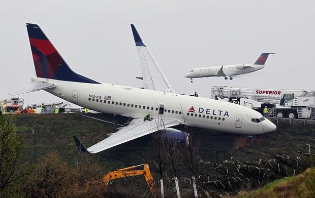 Avião da Delta Airlines saiu da pista após perder o freio em um teste feito por engenheiros da companhia no aeroporto de Atlanta. (Foto: AP/John Spink/Atlanta Journal-Constitution)