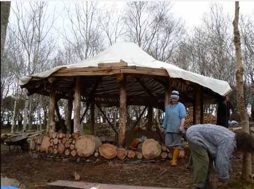 дачный домик из деревянных чурок и глины