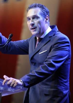 Heinz-Christian Strach, líder do populista Partido da Liberdade (FPO), discursa na Áustria